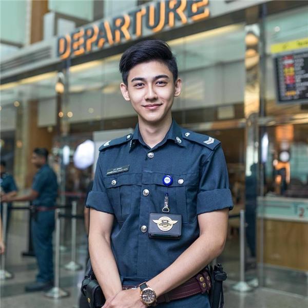 Anh chàng này có tên là Lee Minwei, 22 tuổi, hiện là một hạ sĩ quan thuộc lực lượng cảnh sát hỗ trợ Certis Cisco.