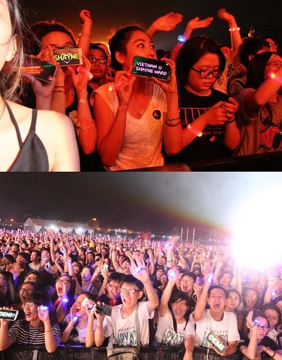 Khán giả hát theo từng bài hát của hơn 80 nghệ sĩ tham gia.