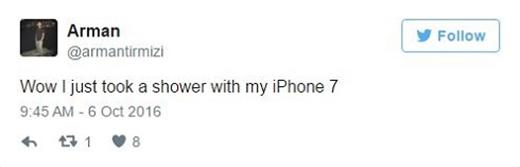 """""""Wow, mới tắm xong với iPhone 7 nè""""."""