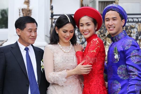 Hà Tăng hạnh phúc bên gia đình chồng trong ngày cưới. - Tin sao Viet - Tin tuc sao Viet - Scandal sao Viet - Tin tuc cua Sao - Tin cua Sao