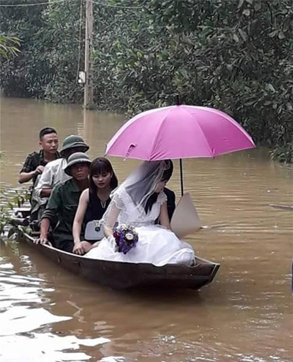 Cô dâu mớivề nhà chồng bằng thuyền gỗ. (Ảnh: Internet)