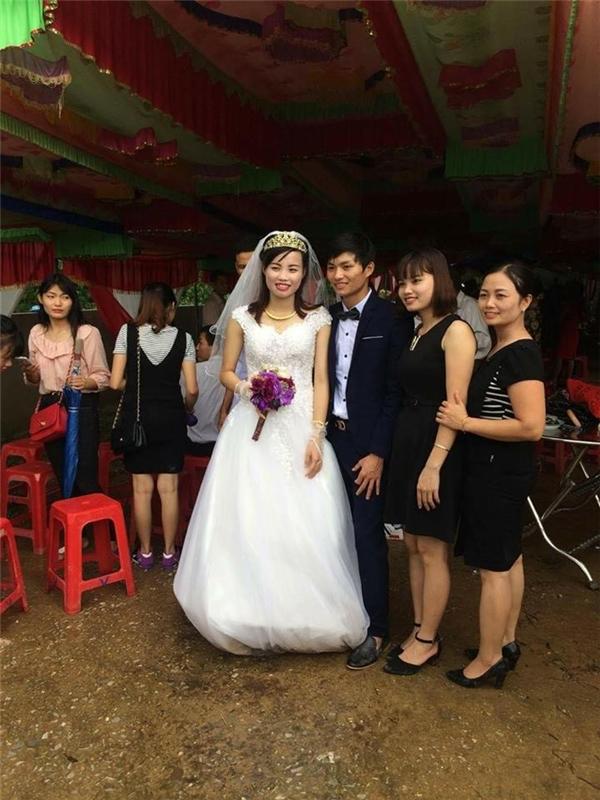 Mọi người vẫn vui vẻ chụp hình cùng cô dâu chú rể. (Ảnh: Internet)