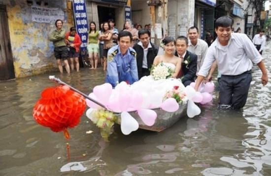 Cô dâu chú rể đi thuyền giữa phố trong ngày cưới.(Ảnh: Internet)