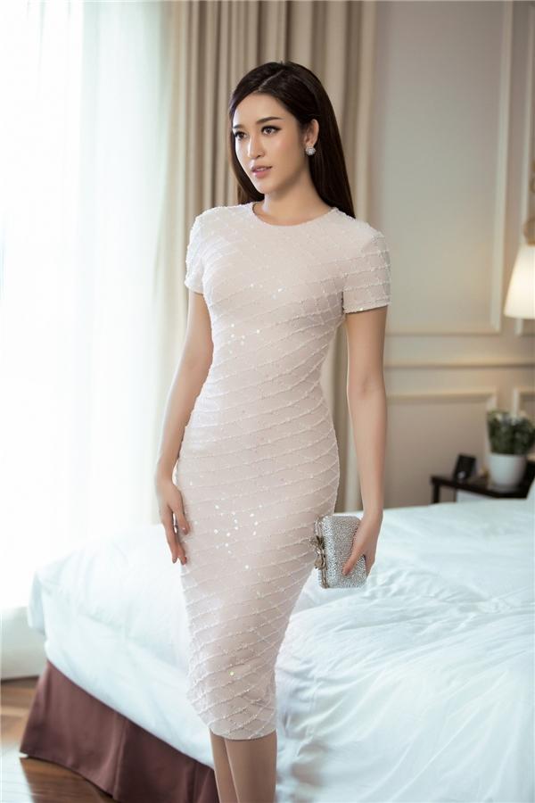 Trên nền sắc trắng, Lê Thanh Hòa sử dụng chi tiết đính kết tạo họa tiết hình học làm điểm nhấn cho bộ váy cocktail phom ôm sát kinh điển. Huyền My cũng lăng xê tông trang điểm trong veo, nhẹ nhàng đang là xu hướng được ưa chuộng hàng đầu.