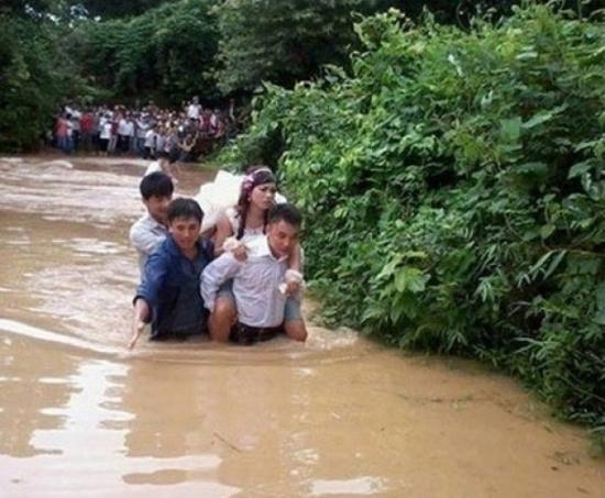 Xúc động hình ảnhchú rể lội nước cõng cô dâu ở Quảng Sơn (Quảng Bình).(Ảnh: Internet)
