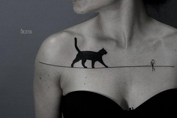 Trong đêm, mộtnàng mèo mun lặng lẽ bước qua sợi dây mỏng manh.