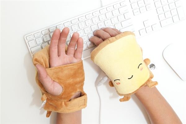 Găng tay điện: Trong những văn phòng làm việc máy lạnh vù vù khiến bạn rét run, cặp găng tay này sẽ giúp bạn ấm áp, gõ bàn phím dễ dàng.