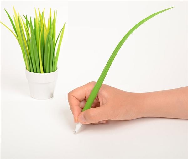 Bút cọng cỏ: Những cây bút này vừa giúp trang trí bàn làm việc, vừa tạo cảm giácêm tay khi viết.