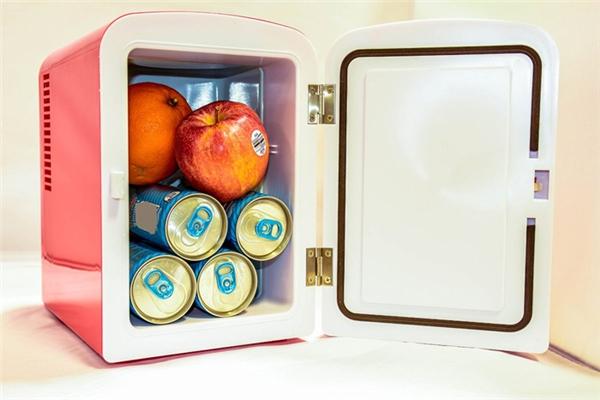 Tủ lạnh mini để bàn: Bạn có muốn một chiếc tủ lạnh như thế này ngay trên bàn làm việc của mình không? Chắc chắn là có rồi.