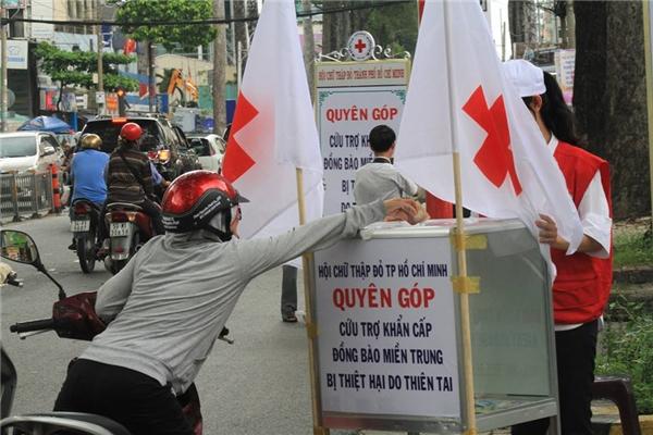 Người Sài Gòn cứu trợ đồng bào. (Ảnh: Trần Triều)