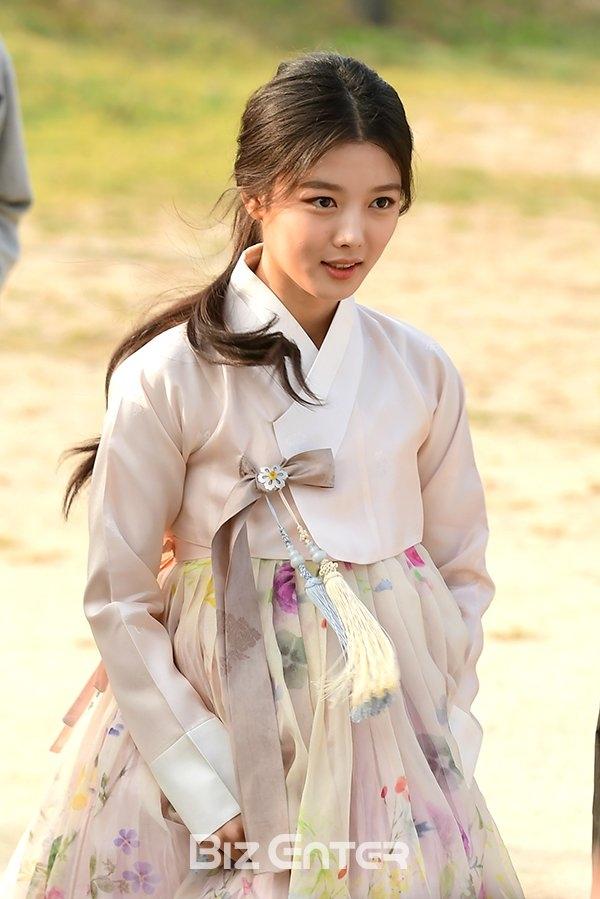 Kim Yoo Jung xinh như mộng, ân cần chỉnh áo giúp Park Bo Gum