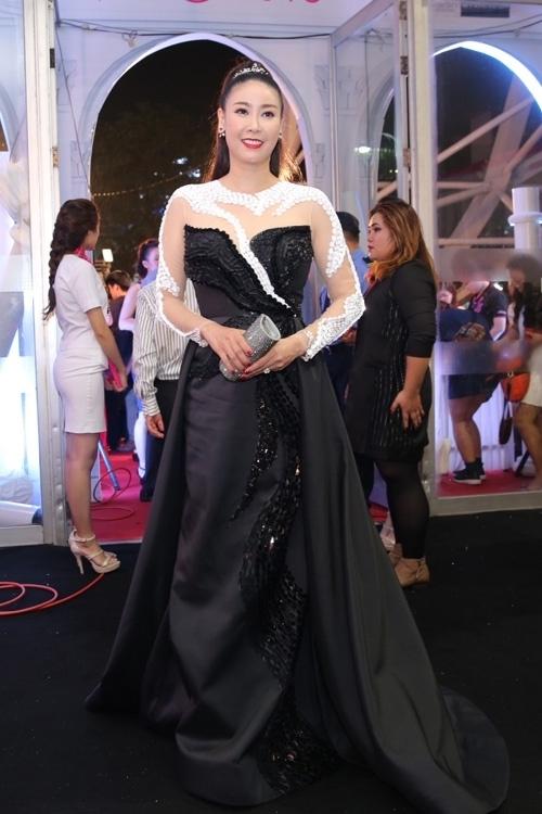 Hoa hậu Việt Nam 1992 Hà Kiều Anh trông già đi cả chục tuổi, kém sang trọng trong thiết kế váy dạ hội nặng nề, diêm dúa.