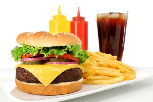 Đồ ăn nhanh chứa một lượng chất béo đáng kể làm tăng lượng axit trong dạ dày và gây ra chứng ợ nóng.