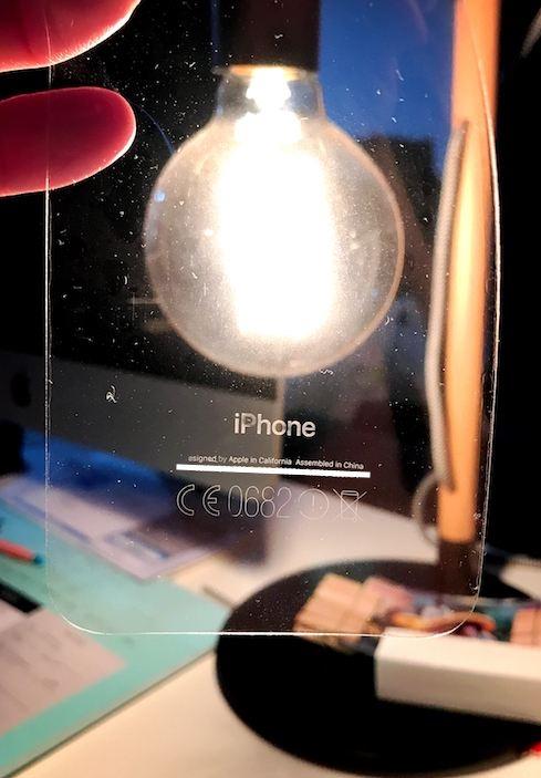 Chữ trên mặt lưng iPhone 7 Jet Blakcbị dính hết vào miếng dán trong bảo vệ. (Ảnh: internet)