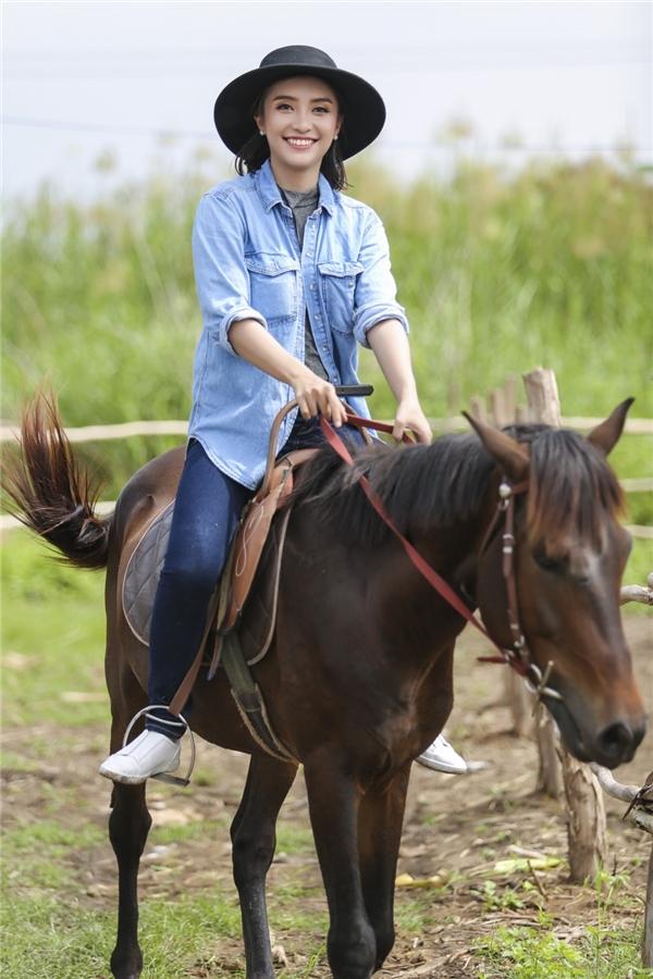 Ban đầu, Tiêu Châu Như Quỳnhnhập cuộc khá nhanh nhưng sau đó mất bình tĩnh vì chú ngựa do cô điều khiển chạy quá nhanh. Không may người đẹp bị té xuống đất. Cú ngã ngựa làm giọng ca 9X trầy xước nặng và khá đau. - Tin sao Viet - Tin tuc sao Viet - Scandal sao Viet - Tin tuc cua Sao - Tin cua Sao