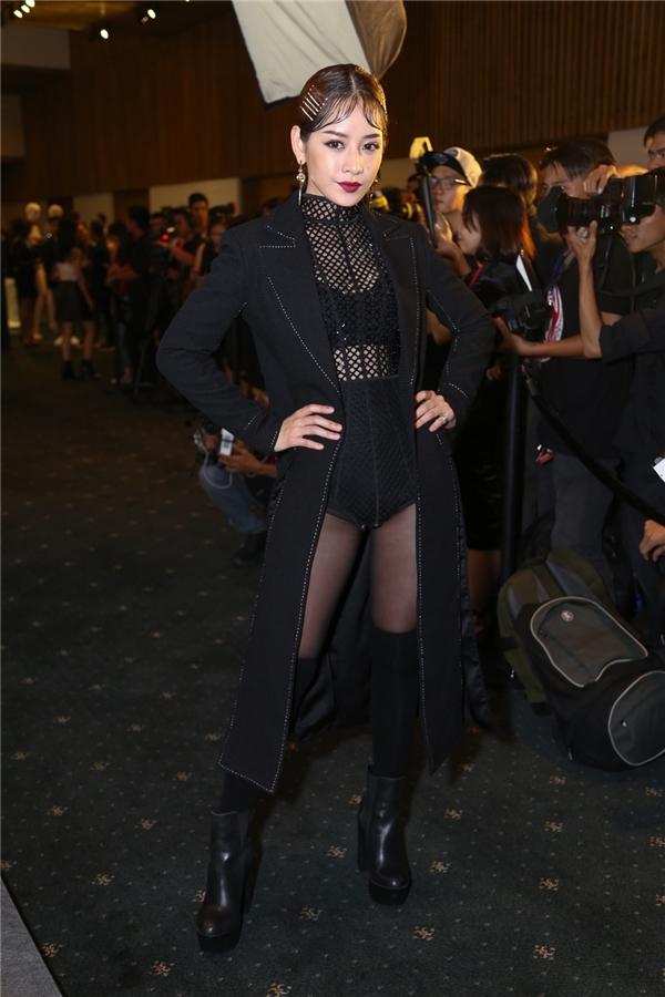 Chi Pu lột xác hoàn toàn với thiết kế bodysuit kết hợp áo khoác dáng dài bên ngoài.