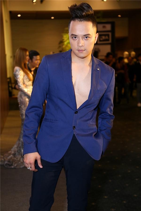 Cao Thái Sơn nổi bật giữa dàn khách mời với suit màu xanh cobant trẻ trung.
