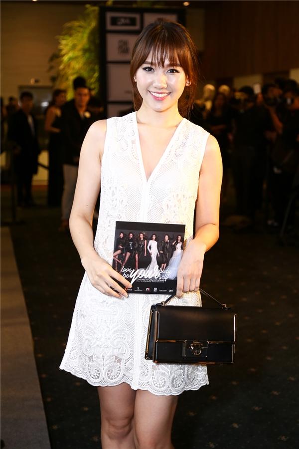 Hari Won thanh lịch với váy ren trắng. Cô đến tham gia show diễn một mình.
