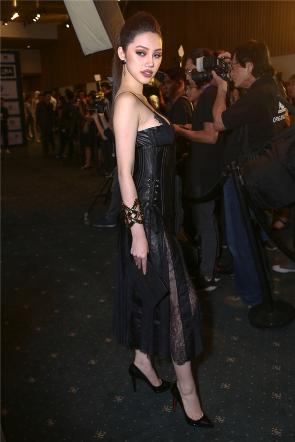 Jolie Nguyễn lăng xê mốt corset được Chung Thanh Phong sử dụng khá nhiều trong bộ sưu tập này.