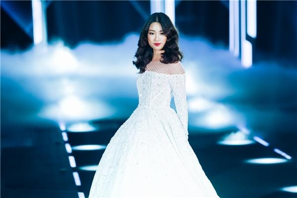 """Thông thường, """"nàng thơ"""" Minh Tú sẽ xuất hiện với vai trò vedette trong bộ sưu tập của Chung Thanh Phong. Tuy nhiên, vị trí này đã bị thay thế bởi Hoa hậu Việt Nam 2016 Đỗ Mỹ Linh trong show diễn cá nhân thứ 2 của nhà thiết kế gốc Đà Nẵng."""