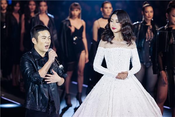 """Dù lần đầu trình diễn catwalk nhưng Đỗ Mỹ Linh đã hoàn thành tốt vai trò của cô. Hoa hậu Việt Nam 2016 """"quét sạch sàn diễn"""" với bộ váy bồng xòe điệu đà như công chúa. Sự xuất hiện của người đẹp 20 tuổi trên sàn diễn thực sự khiến không khí đêm tiệc thời trang trở nên """"nóng"""" hơn hẳn."""