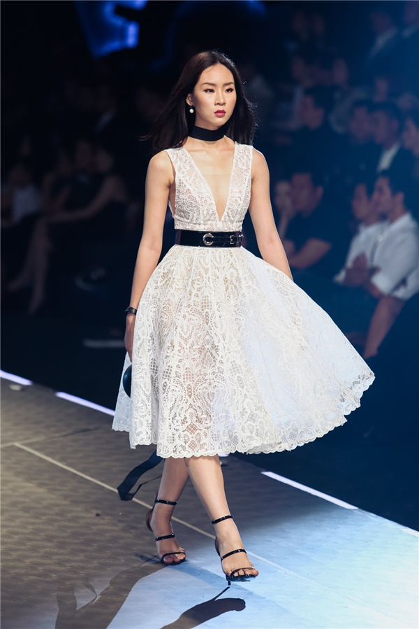 """Lần đầu catwalk, Hoa hậu Mỹ Linh """"quét sạch"""" sàn diễn"""