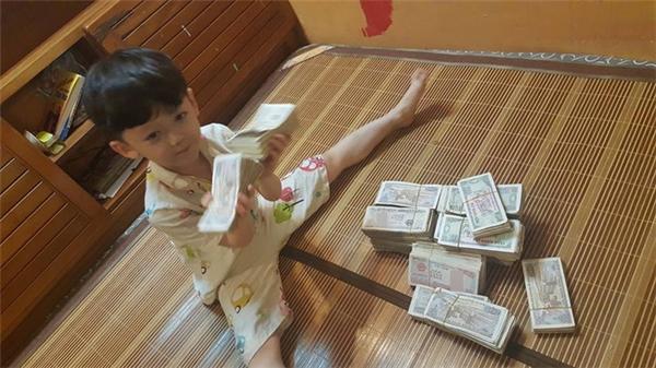 Số tiền này tuy không lớn nhưng nó thể hiện tấm lòng nhân ái của các em.