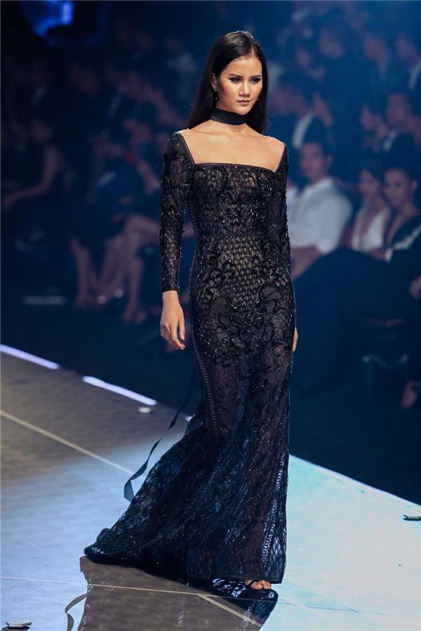 Trang phục của Chung Thanh Phong tôn lên nét đẹp hình thể của người phụ nữ nhưng vẫn thanh lịch, ngọt ngào, sang trọng.
