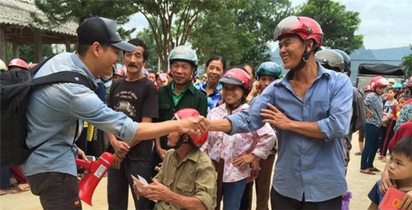 MC Phan Anh không thể quên sự thân thiện và gần gũi, vui mừng của người dân địa phương khi gặp anh