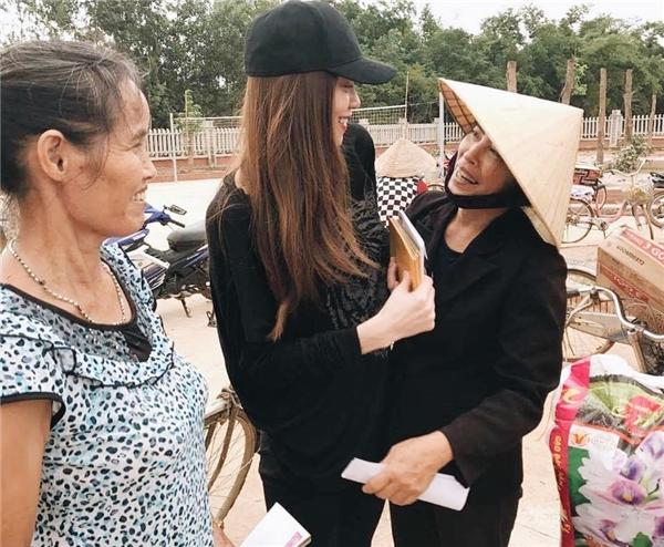 Người dân ôm chầm lấy Hồ Ngọc Hà khi thấy được gặp cô bằng xương bằng thịt ngay trên quê hương Quảng Bình