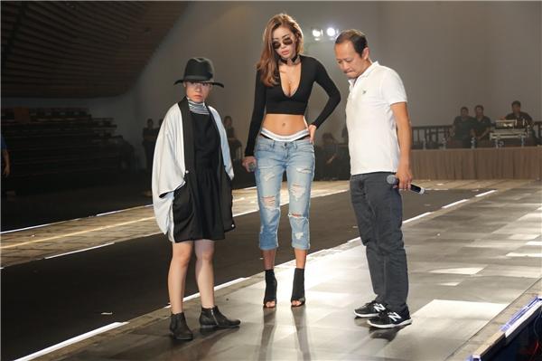 Nổi bật trong số đó là hai chân dài Minh Tú và Phí Phương Anh. Lần đầu đảm nhiệm vị trí đạo diễn catwalk, Minh Tú đến sân khấu từ sớm. Cô thu hút ánh nhìn khi diện quần jeans rách để lộ nội y kết hợp áo croptop dài tay xẻ ngực sâu quyến rũ.