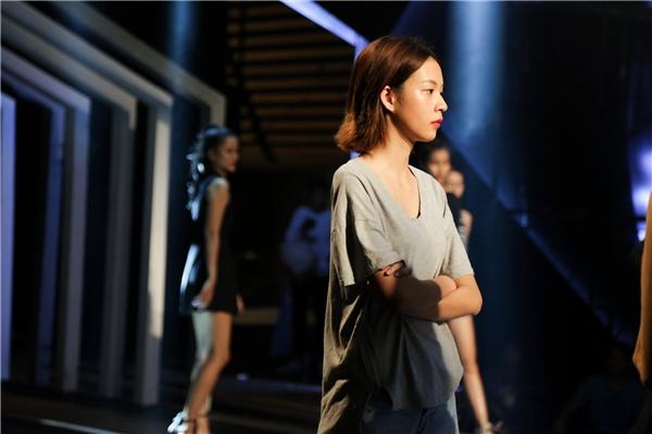 Minh Tú lộ nội y, Phí Phương Anh mộc mạc đọ trình catwalk