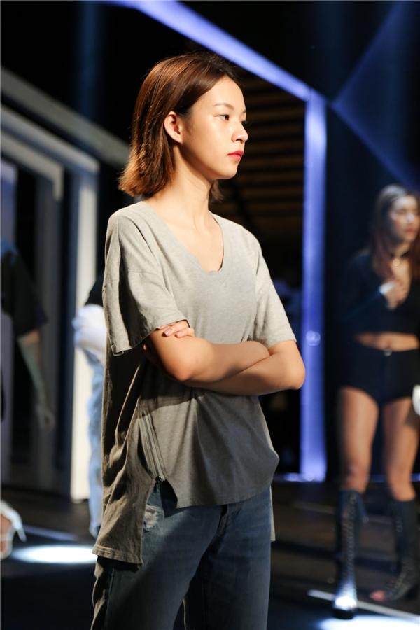 Cùng với Minh Tú, Phí Phương Anh là gương mặt được chờ đợi tại buổi tổng duyệt. Quán quân The Face Vietnam 2016 diện trang phục đơn giản nhưng cá tính. Cô tự tin sải bước trên sàn catwalk.