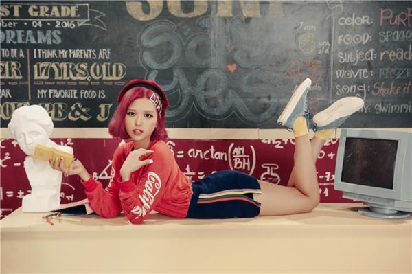 Suni Hạ Linh diện phong cách thời trang học đường kiểu Mỹ những năm 80.