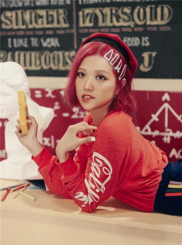 Màu tóc hồng đỏ rực rỡ của Sunicũng là những điểm gây ấn tượng mạnh với người xem.