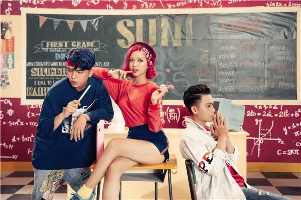 Phần hình ảnh của MVđược thực hiện bởi ê-kípcủa đạo diễn Gin Trần. Bối cảnh chính là một lớp học được set up trong phim trường rộng lớn, đầy màu sắc.