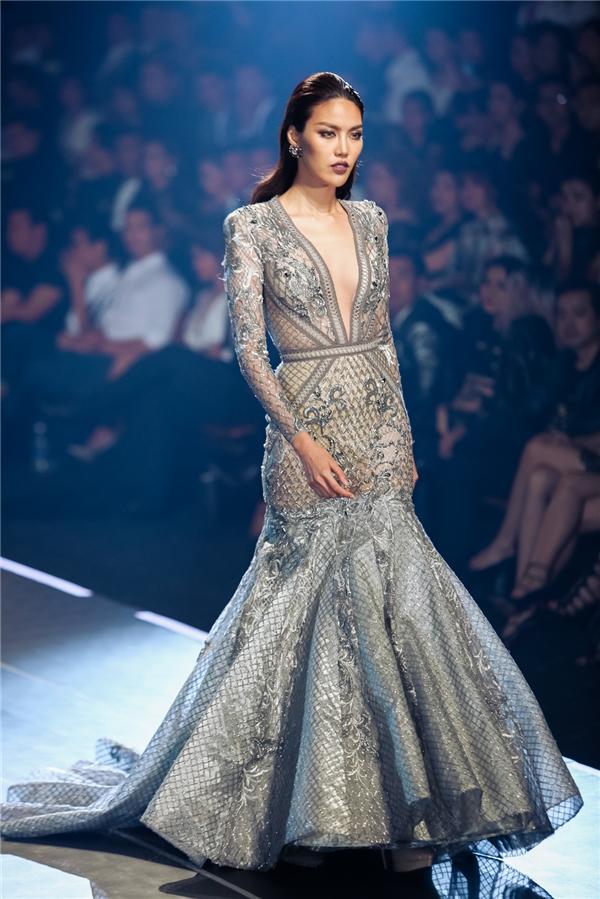 Lan Khuê sải bước uyển chuyển với thiết kế đuôi cá gợi cảm. Thần thái sắc lạnh của top 11 Hoa hậu Thế giới 2015 khiến người xem vô cùng thích thú, khó thể rời mắt.
