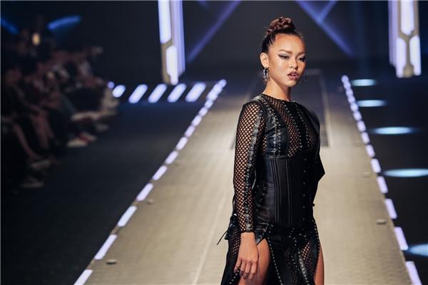 Mai Ngô diện trang phục cắt xẻ kết hợp corset làm nổi bật vòng eo. Cô được xem là người mẫu ngoại cỡ trong show diễn của Chung Thanh Phong.