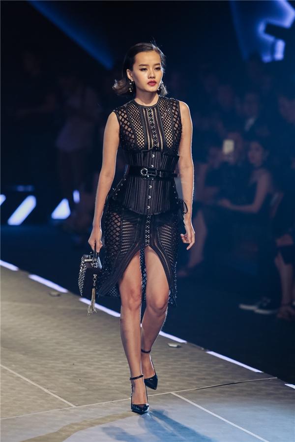 Kim Chi diện váy xuyên thấu mỏng manh kết hợp corset.