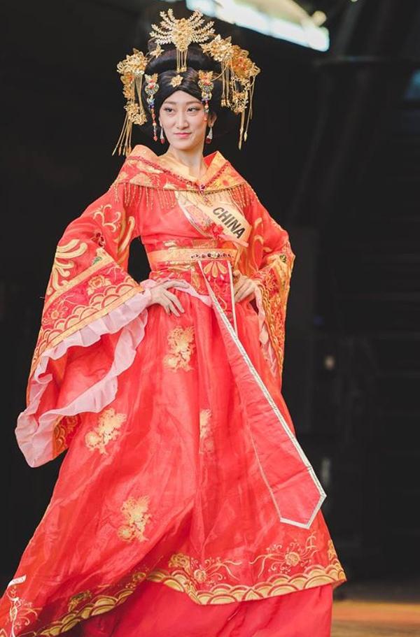 """Nhan sắc của hoa hậuđại diện cho Trung Quốc bị chê tơi tả vì trôngcứ như """"hoa hậu chuyển giới""""."""