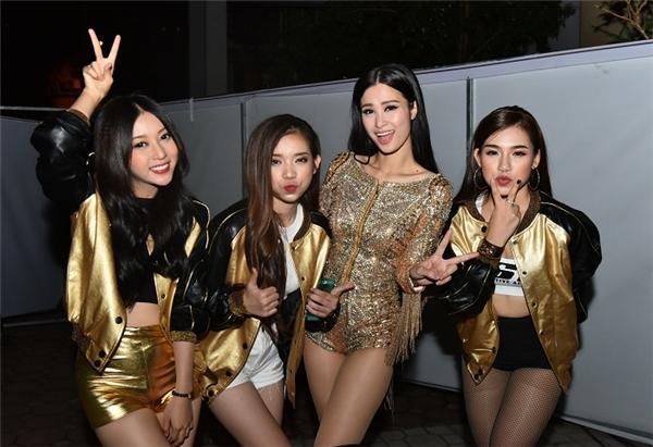 """4 """"thầy trò"""" Đông Nhi và Hello Yellow tinh nghịch trong hậu trường của tour liveshow Dệt Giấc Mơ Bay. - Tin sao Viet - Tin tuc sao Viet - Scandal sao Viet - Tin tuc cua Sao - Tin cua Sao"""