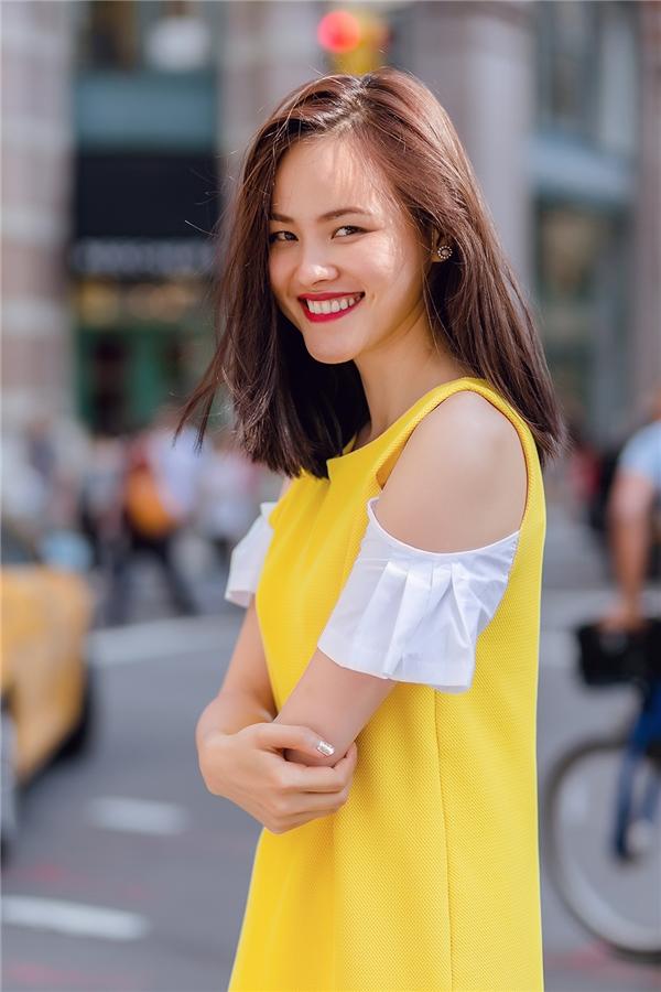 Á quân Vietnam's Next Top Model 2010 giấu đường cong trong dáng váy suông, xẻ vai đang là xu hướng được ưa chuộng nhất hiện nay. Sắc vàng ngọt lịm như mang cả ánh nắng mùa thu vào trong tủ quần áo của phái đẹp.