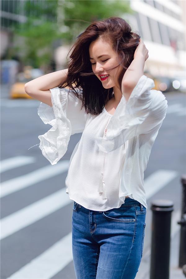 Giản dị với áo voan trắng, quần jeans denim, Tuyết Lan vẫn trở thành tâm điểm trên phố đông người qua với nhan sắc đặc trưng của người châu Á. Dù không quá ồn ào nhưng trong những năm qua, Tuyết Lan vẫn sống tốt với nghể mẫu tại kinh đô thời trang New York.