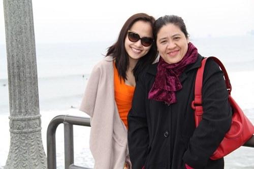 """Chia sẻ nhân ngày vô cùng ý nghĩa dành cho phái đẹp Việt, Diễm Hương bộc bạch: """"Chắc chắn mẹ là người phụ nữ quan trọng nhất trong cuộc đời Hương. Với mình, mỗi ngày được sống bên cạnh mẹ là điều ý nghĩa nhất. Hương luôn nhớ về những món ăn cùng sự hy sinh mà mẹ dành cho mình""""."""