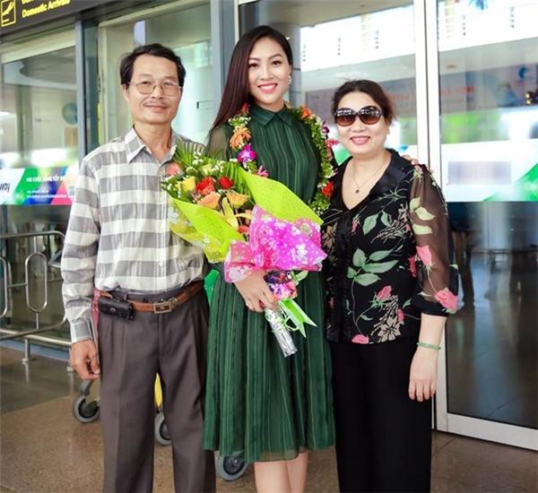 """Đại diện Việt Nam tại Hoa hậu Thế giới 2016 chia sẻ: """"Hiện tại, dù công việc rất bận rộn nhưng tôi vẫn dành thời gian hằng ngày để có thể trò chuyện cùng mẹ qua điện thoại. Những khi gặp chuyện không vui hay khó khăn, chỉ cần được nghe giọng nói của mẹ lòng tôi đã cảm thấy bình an, nhẹ nhàng hơn rất nhiều""""."""