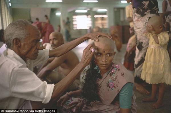 Phụ nữ và cả trẻ em Ấn Độ thường bán tóc để kiếm tiền.