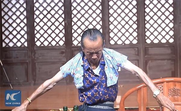 Ông Wangtrình diễn màn thu nhỏ kích thước cơ thể để có thể mặc vừa khít chiếc áo của một đứa trẻ 3 tuổi. (Ảnh cắt tử clip).