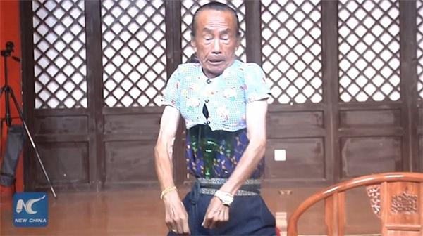 """Sau màn biểu diễn khiến nhiều người kinh ngạc, ông Wang tiếp tục """"gây choáng"""" khi nói với khán giả rằng mình sẽ tiếp tục đút vừa 3 chai bia vào chiếc áo nhỏ xíu đang mặc trên người. (Ảnh cắt từ clip)."""