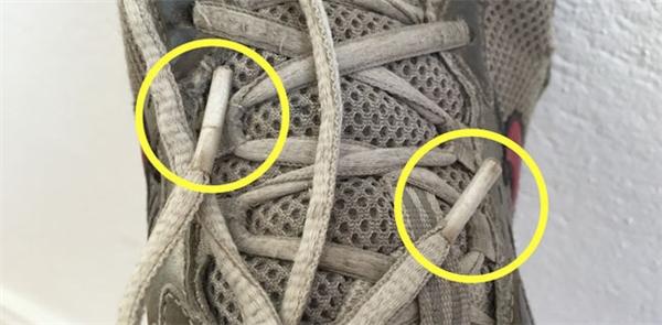 Miếng nhựa bọc trên đầu dây buộc giày. (Ảnh: internet)