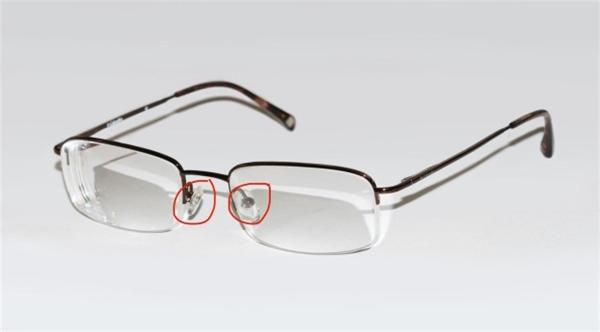 2 miếng nhựa trên kính. (Ảnh: internet)